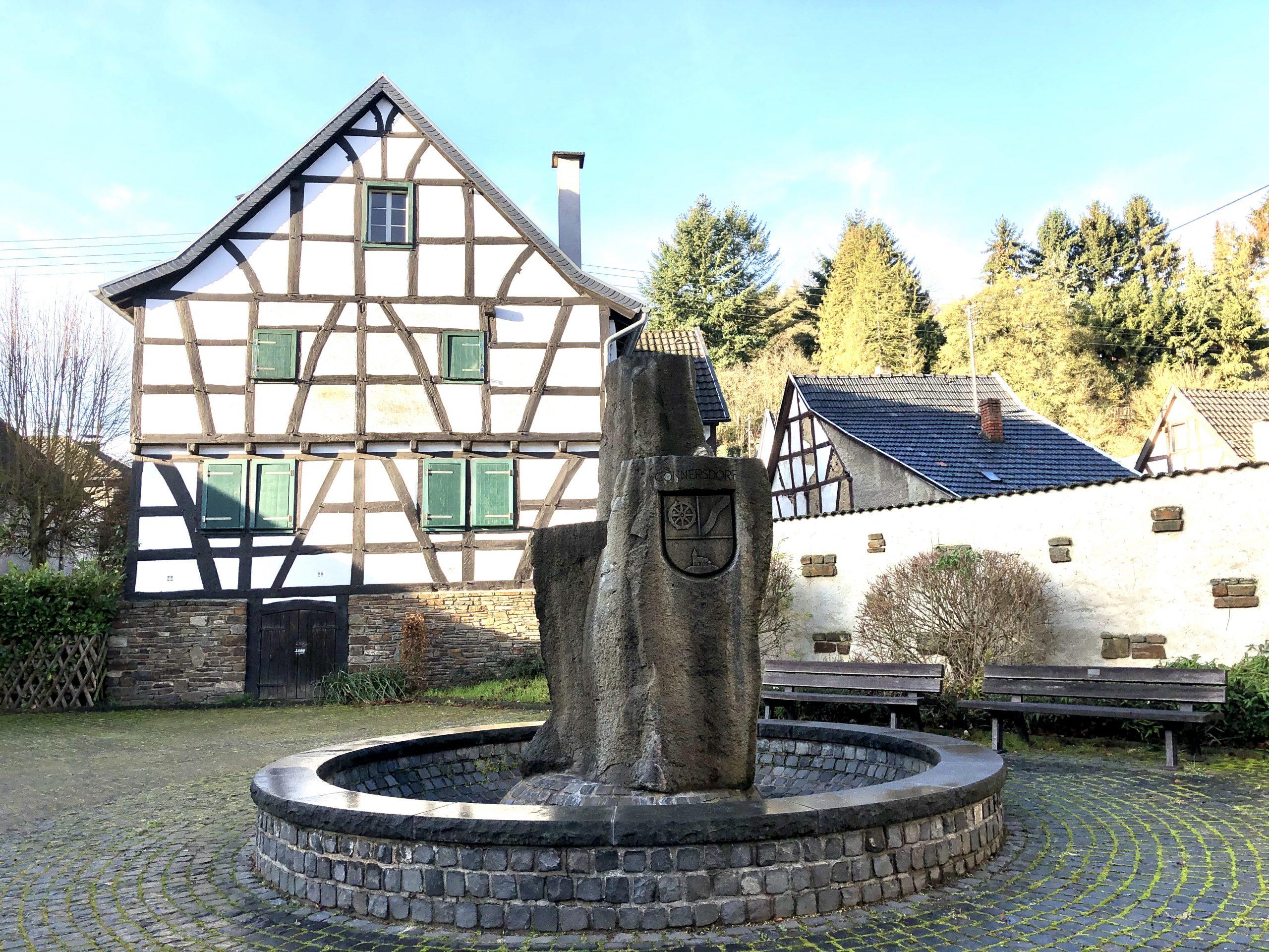 Brunnen auf dem Dorfplatz